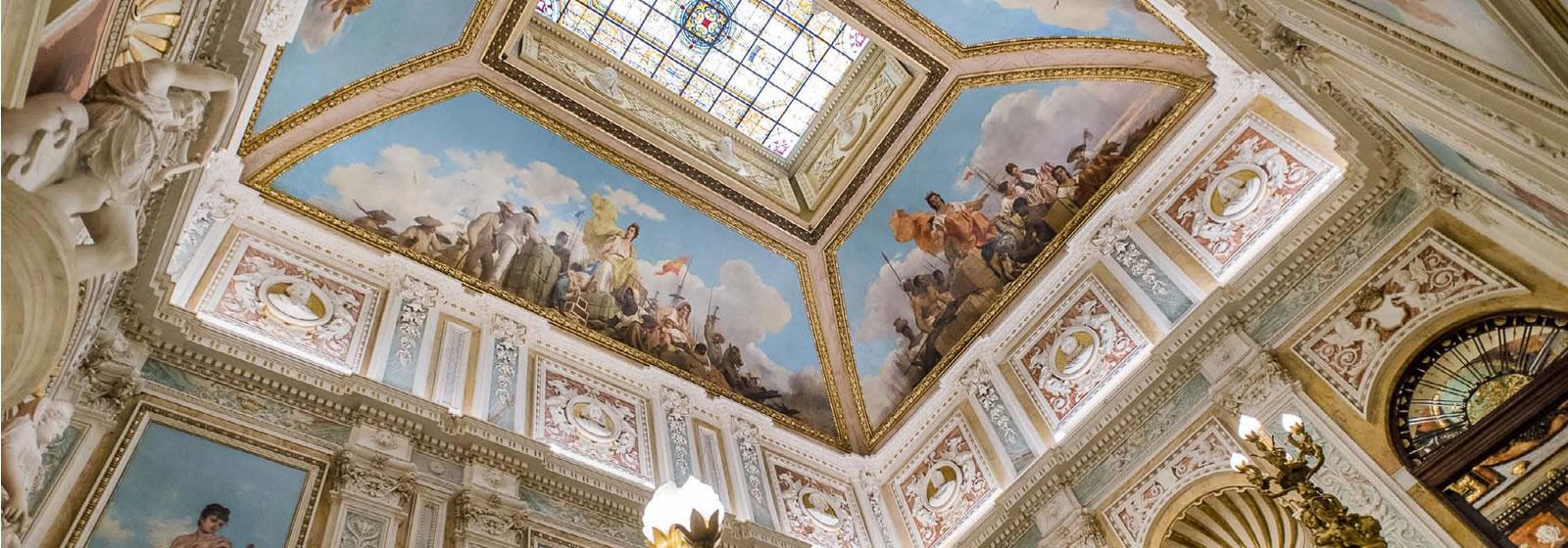 Vistas del interior del Palacio de Santoña, techo avobedado con frescos.